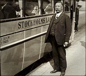 Ernst Kihlberg utanför buss.