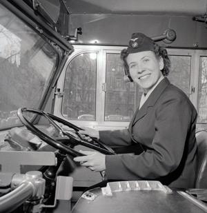 Margit Claesson vid ratten