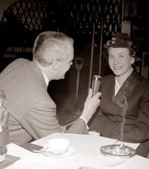 Bertil Perrolf intervjuar Margit Claesson i radioprogrammet Skivor till kaffet 1961