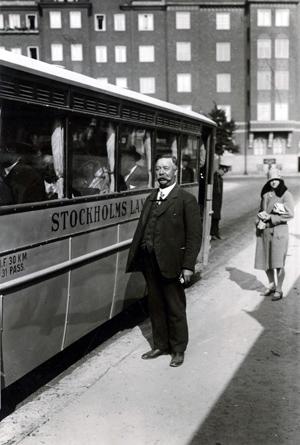 Ernst Kihlberg utanför buss